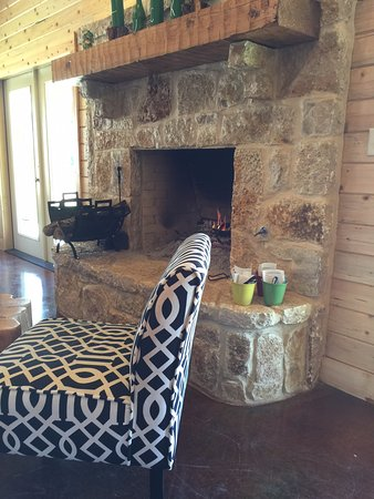 Athens, TX: Comfortable chairs and fireplace for those cold days.