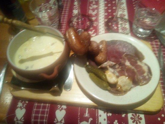 Valmorel, Prancis: fondue au reblochon relevé au miel et aux noix, accompagné de charcuterie