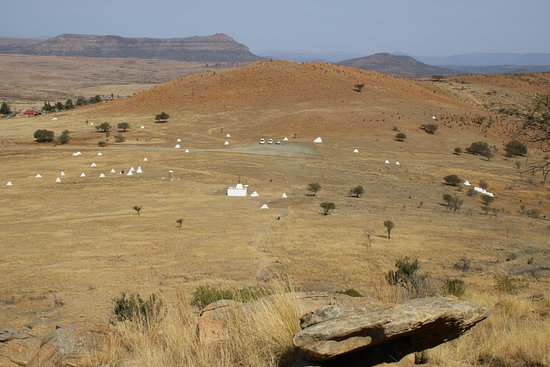 Rorke's Drift, Νότια Αφρική: Where the stones are soldiers fell and are buried underneath, they cover the whole area.