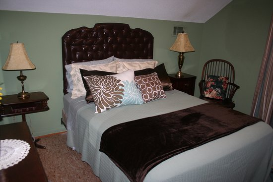 Vance, AL: Brown Room with Queen bed.