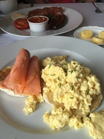 Laxton, UK: Breakfast - smoked salmon and scrambled egg on toasted muffin and a full english.
