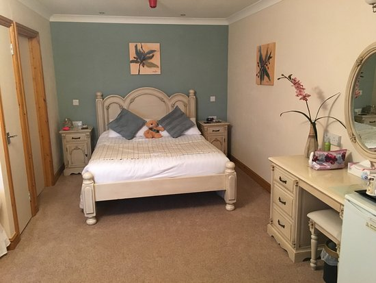 Laxton, UK: Double bed and soft decor.