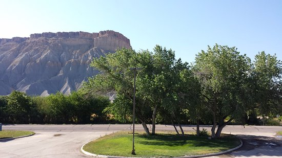Caineville, UT: All rooms face this view. This is the driveway.