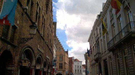 Oud Huis de Peellaert: Charlies rocket bar in front of Hotel...noisy till 3 AM