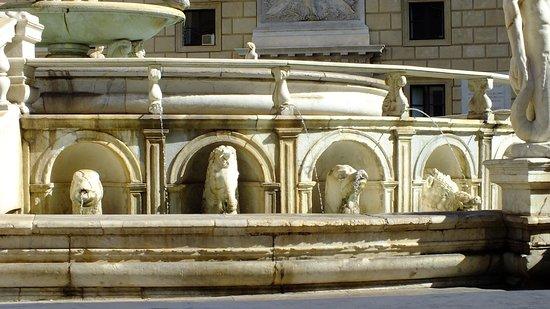 Fontana della Vergogna (Fontana Pretoria): Le bestiare !