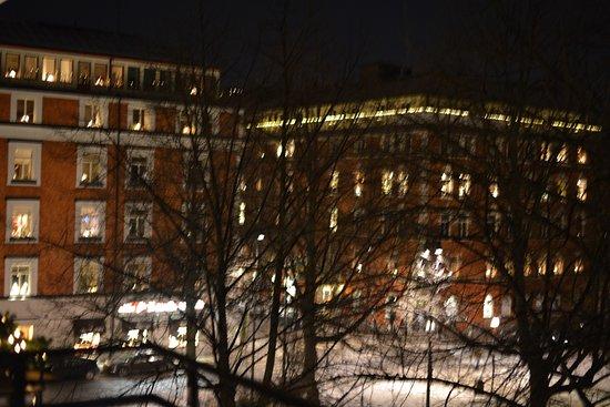 Hotel Rival: La place by night en hiver