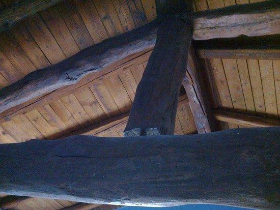 Residenza Bianconcini: Sotto il tetto, capriata, tutto in legno; soffitto della camera
