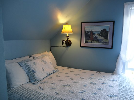 Sea Gull Inn Bed and Breakfast: Queen Bed in The Sea Urchin Room