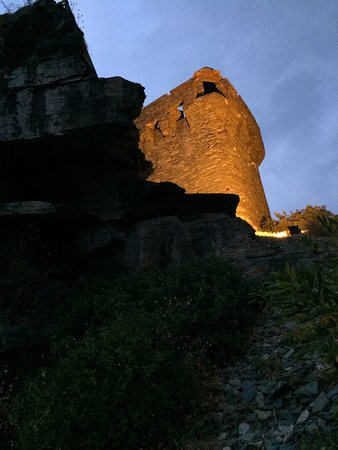 Casa Maria: Sous la tour génoise.