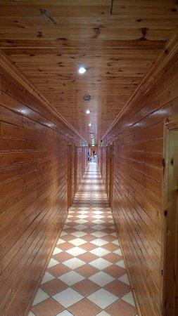 il corridoio della camere, con legno dappertutto - Picture of Hotel ...
