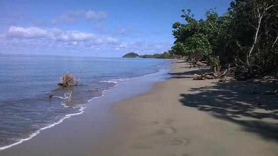 Uprising Beach Resort: Walk along the beach
