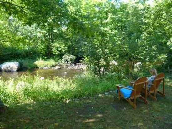 Peterborough, Nueva Hampshire: Peaceful chairs by the little river