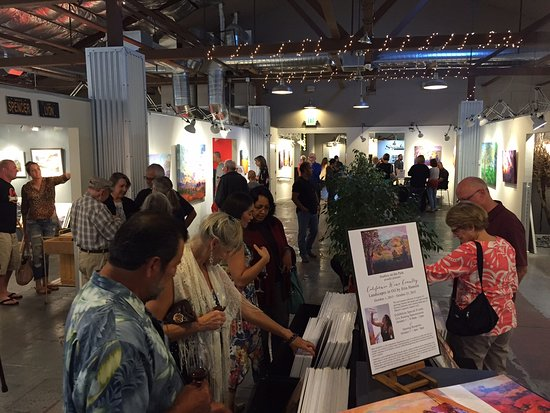 Paso Robles, Kalifornien: Visitors enjoy the exhibition of the month at Studios on the Park!