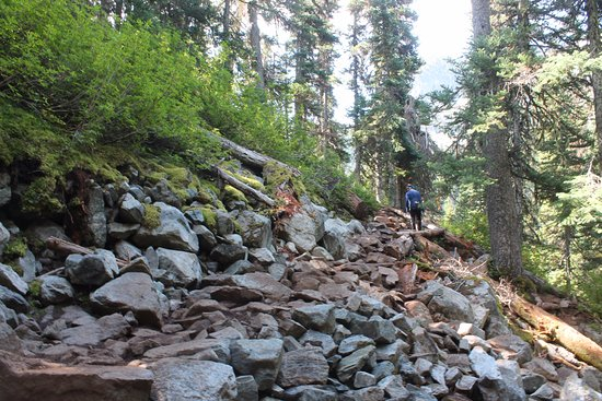 Pemberton, Canadá: rocky trail on the way to the upper lake