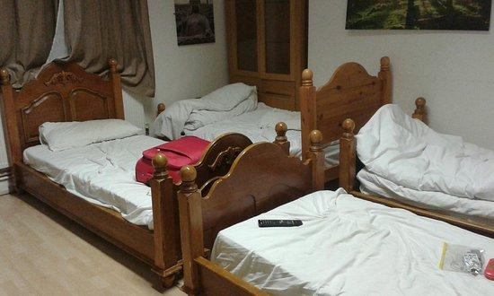 Hendam House Hotel: habitación para 4 personas real. Sábanas sucias, colchones de espanto, muebles inutilizados al f