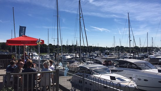 Swanwick, UK: Outside seating overlooking the marina