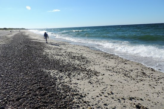 Sandwich, MA: Rocky beach and dangerous surf conditions