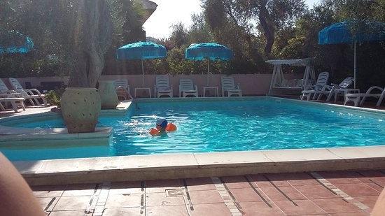 Residence Villa Ulimare : area relax con piscina