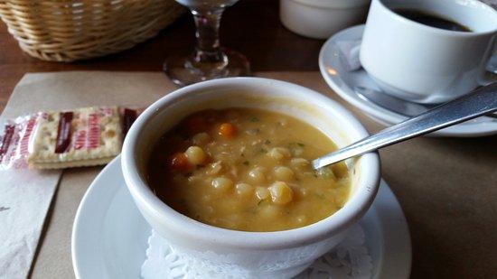 Val David, Canadá: Pea Soup with the Festin Au Petit Poucet Meal