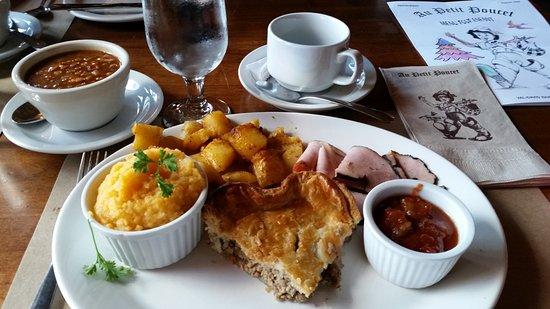 Val David, Canadá: Festin Au Petit Poucet meal - also comes with pea soup and maple syrup pie.