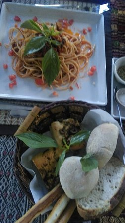 Janine cafe : Spaghetti bolognaise with basket of fresh warm bread, Hawian pizza...