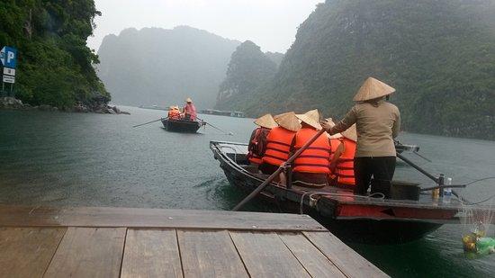 Vietnam MinMax Travel Day Tours: Pemandangan di Halongbai saat naik perahu