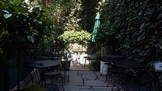 Chelsea Pines Inn: the breakfast patio