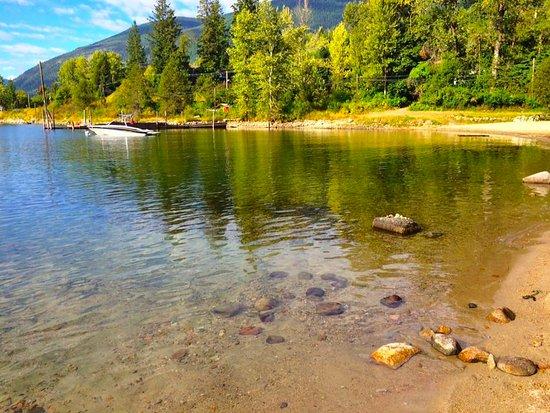 Kokanee Glacier Resort: Easy access beach across the street from the hotel - beautiful Kootenay Lake