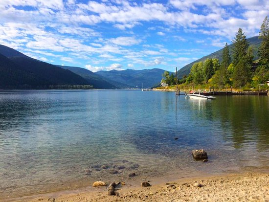 Kokanee Glacier Resort: Easy access beach across the street from the hotel - beautiful Kootenay Lake