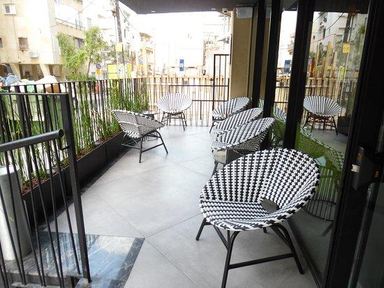 Hotel Prima City, Tel Aviv: Seating on the Patio