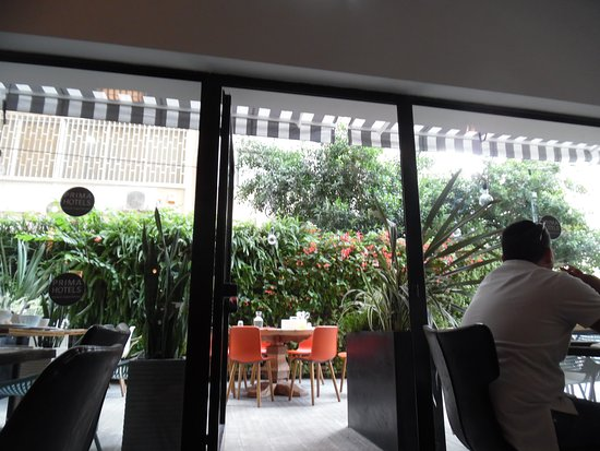 Hotel Prima City, Tel Aviv: To the outdoor patio of the Restaurant!