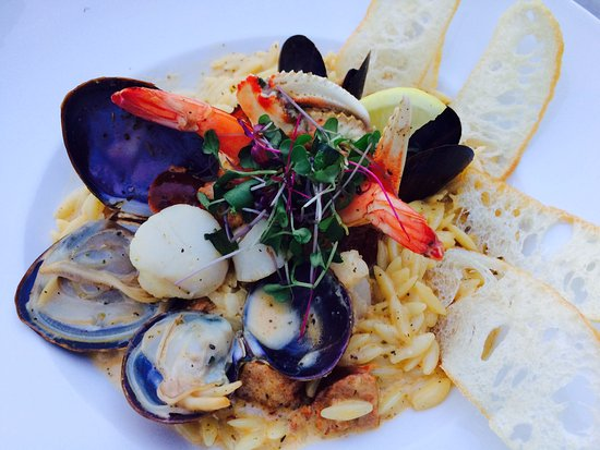 Nelson, Canadá: FISHERMAN'S BOWL West Coast mussels, clams, prawns, crab claws, scallops, chorizo, mascarpone &