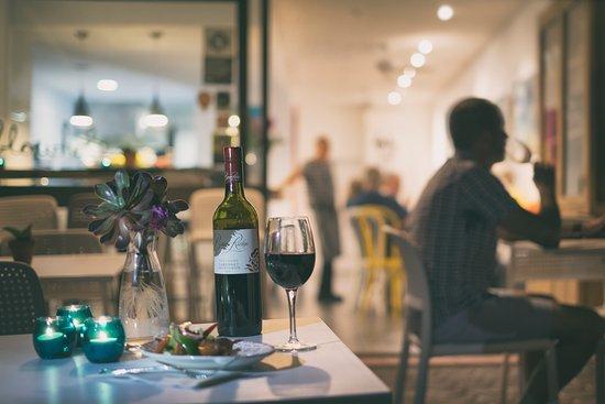 Kiama, Australia: Little Blowhole Art Bar at night