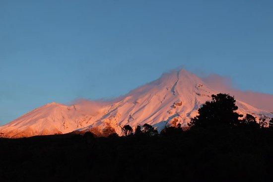 Ngati Ruanui Stratford Mountain House Hotel: Sunrise over Mt Taranaki - from the car park.