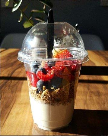 Berrima, Australien: Take Away and Eat in Granola, Yogurt and Berries