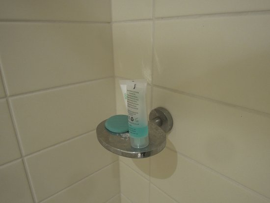 Mermaid Waters, Australia: shampoo and soap left from previous guest(s)/dirty tray