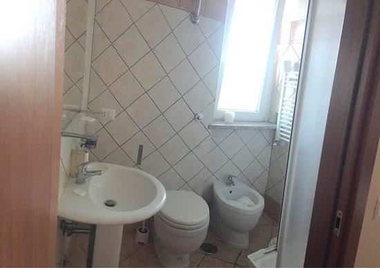 Hotel Magnolia Roma Valmontone: Bagno stanza quadrupla