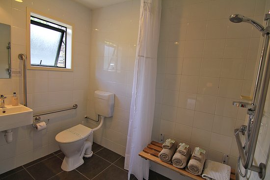 Hanmer Springs, New Zealand: Access Bathroom in two King Rooms