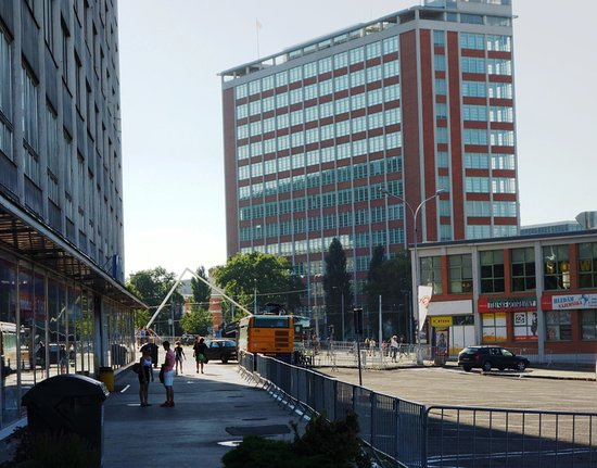 Zlin, Republika Czeska: pohled od uzavřeného parkoviště závodních vozů