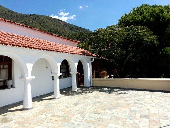 Rovies, Grecja: Μονή Αγίας Ειρήνης Χρυσοβαλάντου