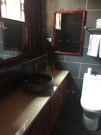 Dejuyuan Folk-style Guesthouse: la zona lavabo