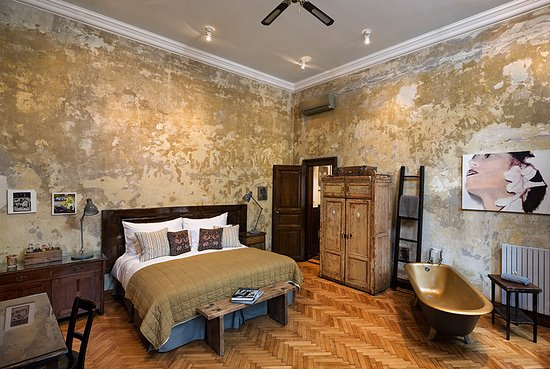 Brody House: The Tinei Room, complete with gold bath
