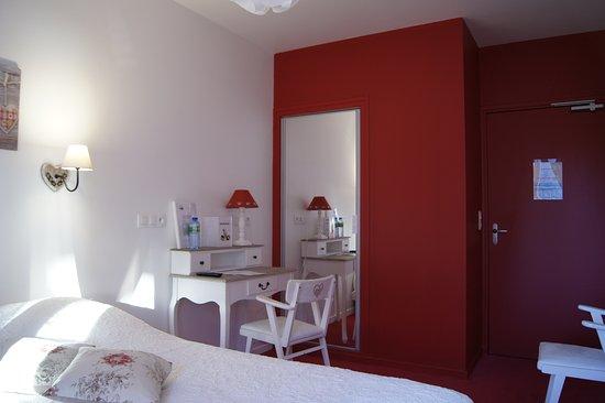 Hotel de paris murol france voir les tarifs 40 avis - Hotel paris chambre 5 personnes ...