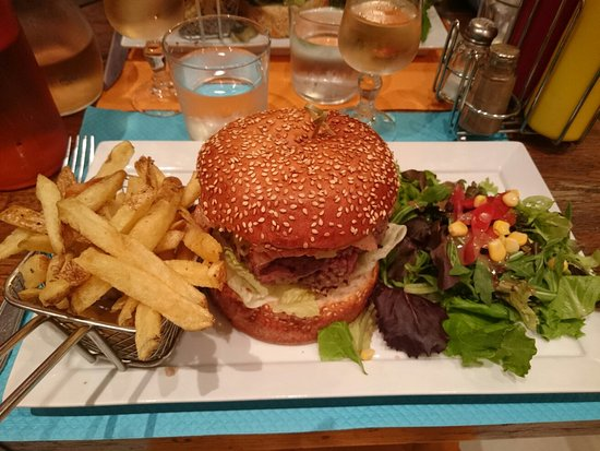 Valbonne, France: Burger tartiflette et brownie chantilly