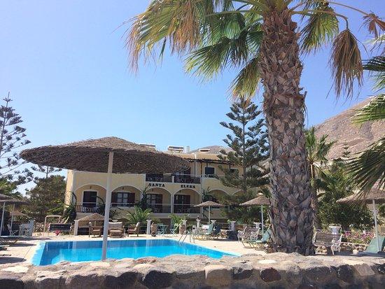 Santa Elena Hotel: Vista della piscina e dell'hotel dalla strada