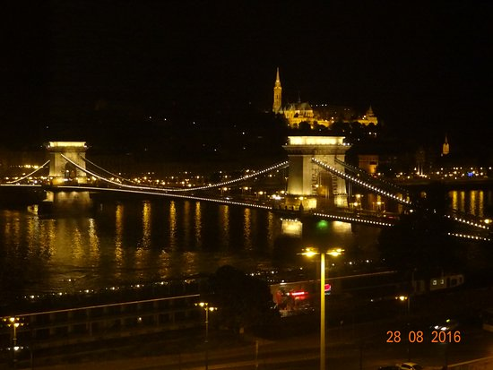 Sofitel Budapest Chain Bridge: Night view of Chain Bridge and Mathias Church from the sixth floor room