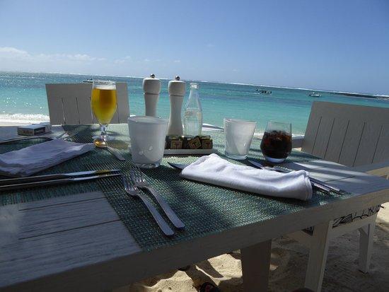 Constance Belle Mare Plage: Déjeuner sur la plage