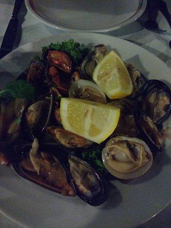 Crudo di mare con ostriche cozze cozze pelose e noci bianche foto di ristorante la pergola - La pergola santa maria al bagno ...
