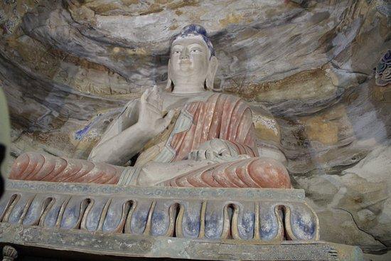 Ντατόνγκ, Κίνα: colori e decorazioni ancora visibili per il Buddha seduto