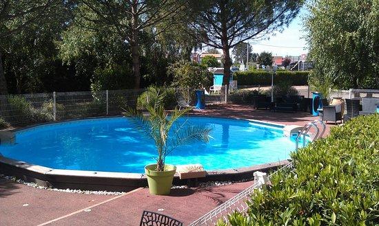 Lux, Frankrike: Petite piscine appréciée des enfants.